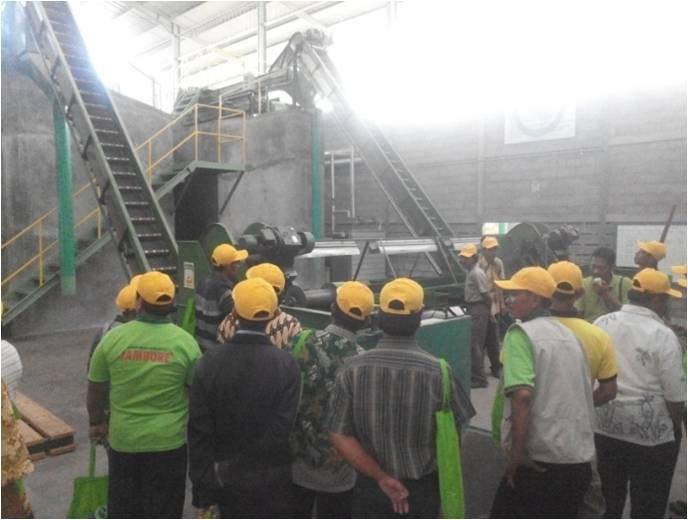 Petani dan Kios Jateng di Pabrik Pertiwi (2)