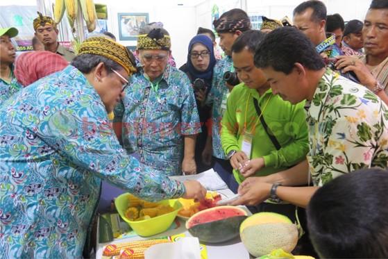 Kunjungan Gubernur Jawa Barat di Stand Benih Pertiwi