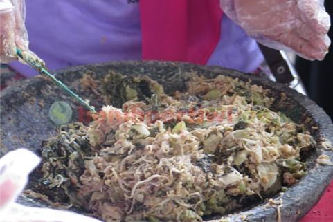 Membuat Lotek Khas Jawa Barat